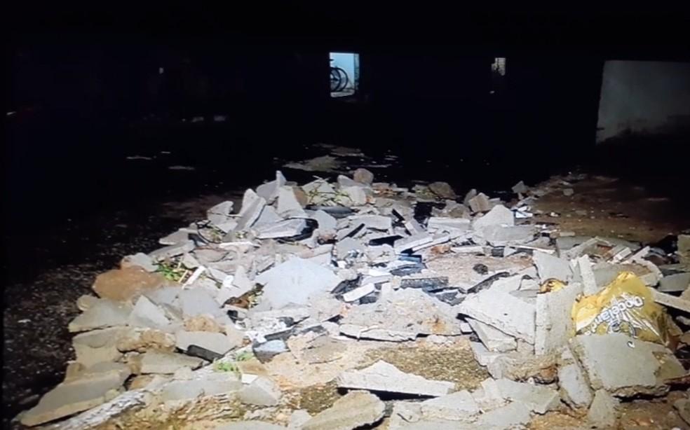 Muro desabou no Jardim Lola — Foto: Inter TV Cabugi/Reprodução