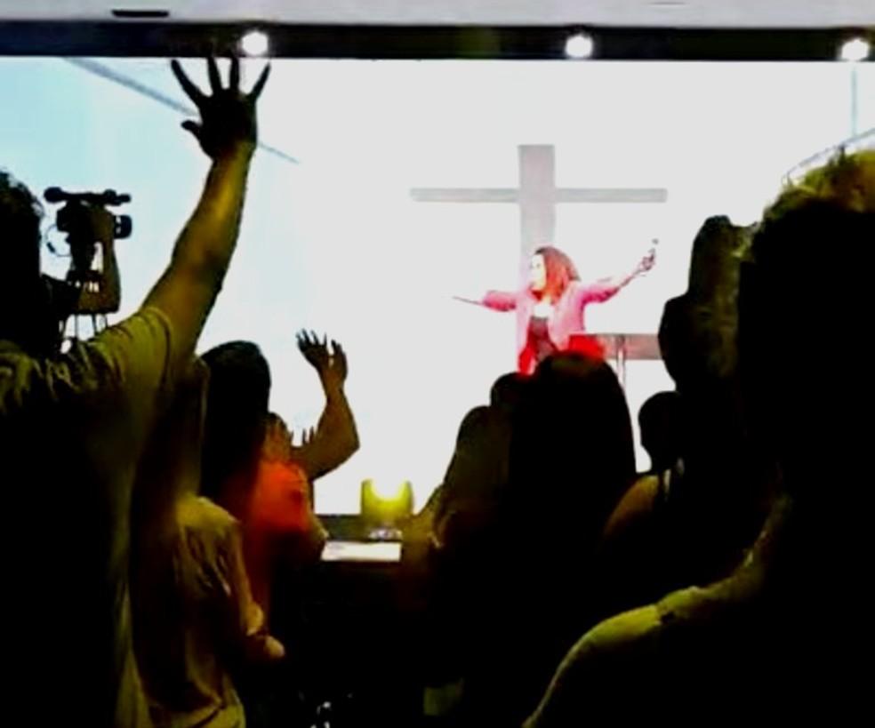 Prefeita Suéllen Rosim, de Bauru, durante show gospel em igreja evangélica — Foto: Arquivo pessoal