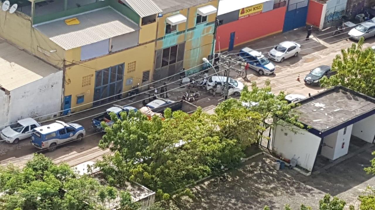 Suspeitos de assaltos são baleados e pedestre atropelado durante perseguição policial em Salvador