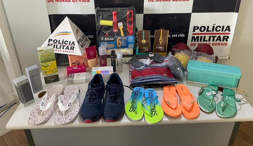 Com os suspeitos a PM apreendeu diversos produtos comprados de forma criminosa — Foto: Polícia Militar/Divulgação
