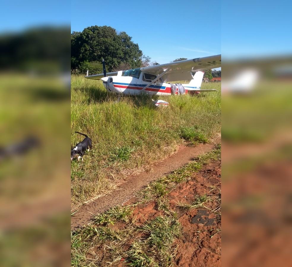Aeronave monomotora faz pouso de emergência em rodovia de Fernandópolis — Foto: Votuporanga Tudo/Divulgação