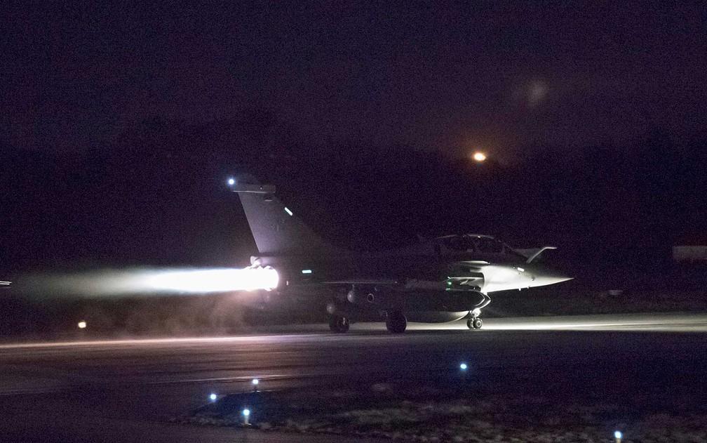 Caça se preparando para decolar como parte da operação conjunta de ataque à Síria (Foto: Força Aérea Francesa / Twitter / via Reuters)