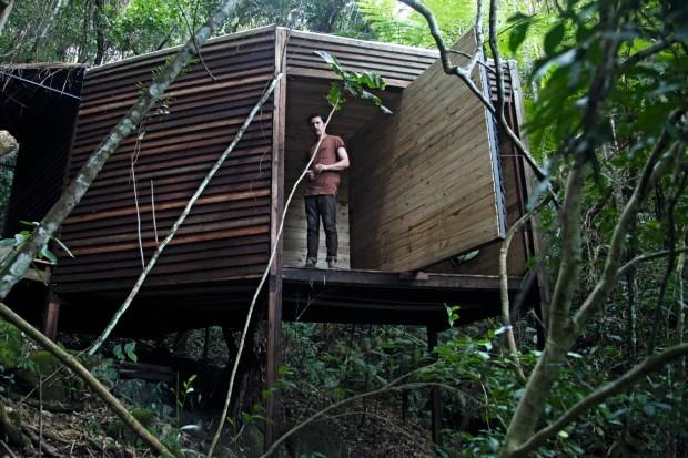 Peèle na cabana construída em cinco dias em 2015, que hoje funciona como hospedagem para visitantes que participam dos workshops da Fazenda Lano-Alto (Foto: Mayra Azzi / Editora Globo)