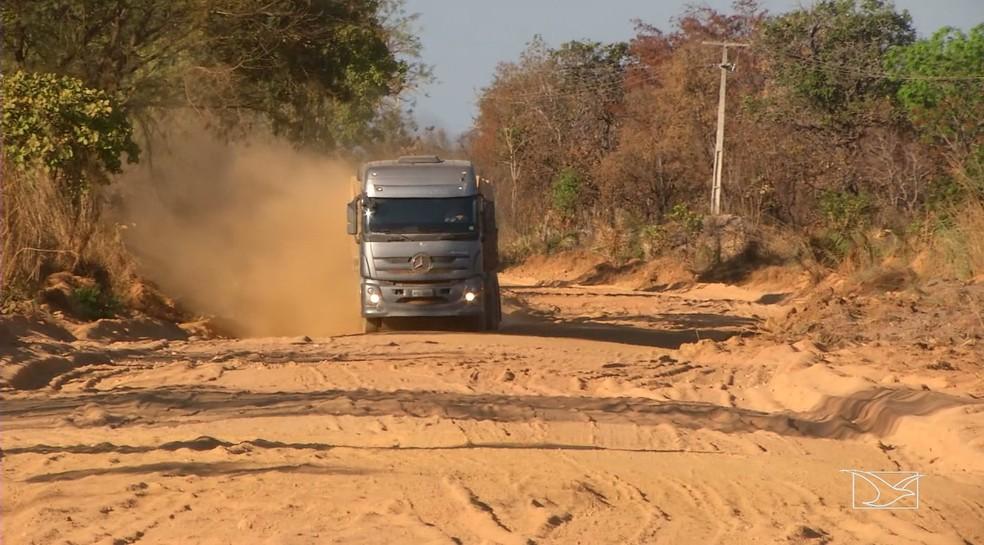 Caminhoneiros alegam que durante a noite é impossível trafegar em trecho da rodovia estadual. (Foto: Reprodução/TV Mirante)