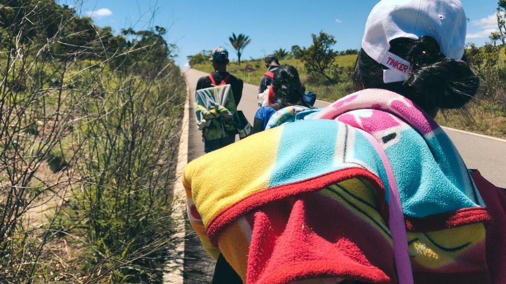 Venezuelanos caminhando na BR-174: eles vêm ao Brasil em busca de melhores condições de vida. (Foto: Inaê Brandão/G1 RR)