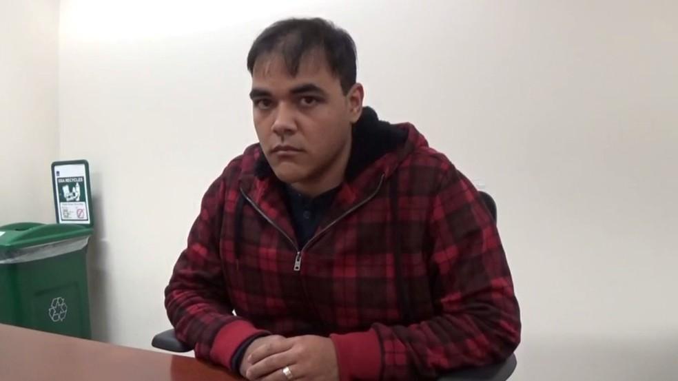 Imagem retirada do vídeo de interrogatório mostra o brasileiro Cleber Rene Rizério Rocha, preso nos EUA com milhões de dólares escondido em colchão (Foto: Courtesy U.S. Attorney's Office in Massachusetts/Handout via REUTERS)