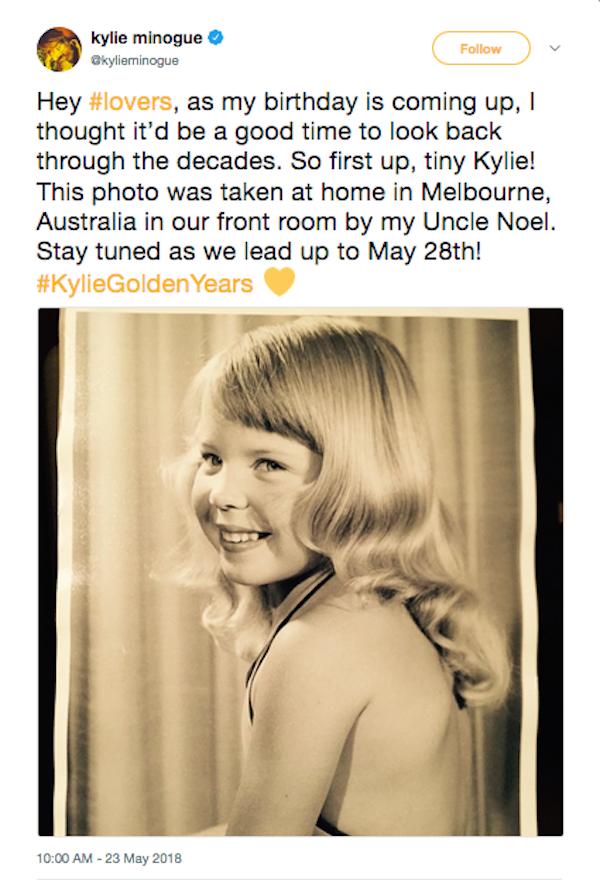 A cantora Kylie Minogue compartilhou uma foto de sua infância (Foto: Twitter)