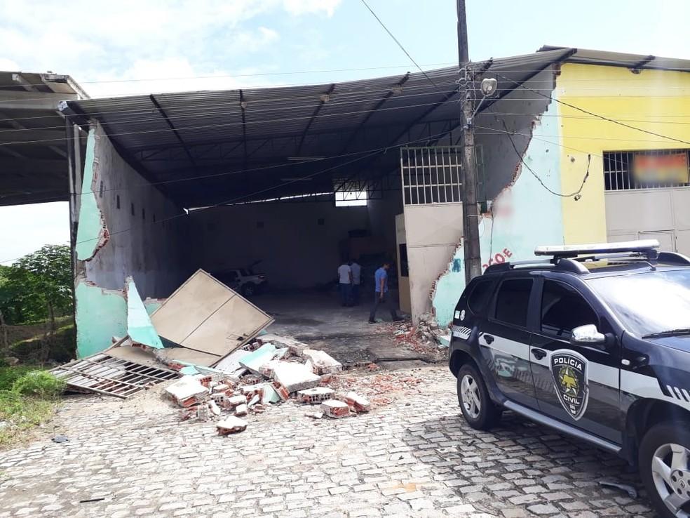 Parte do muro do galpão foi derrubado pelos criminosos, provavelmente no momento da fuga (Foto: Marksuel Figueredo/Inter TV Cabugi)