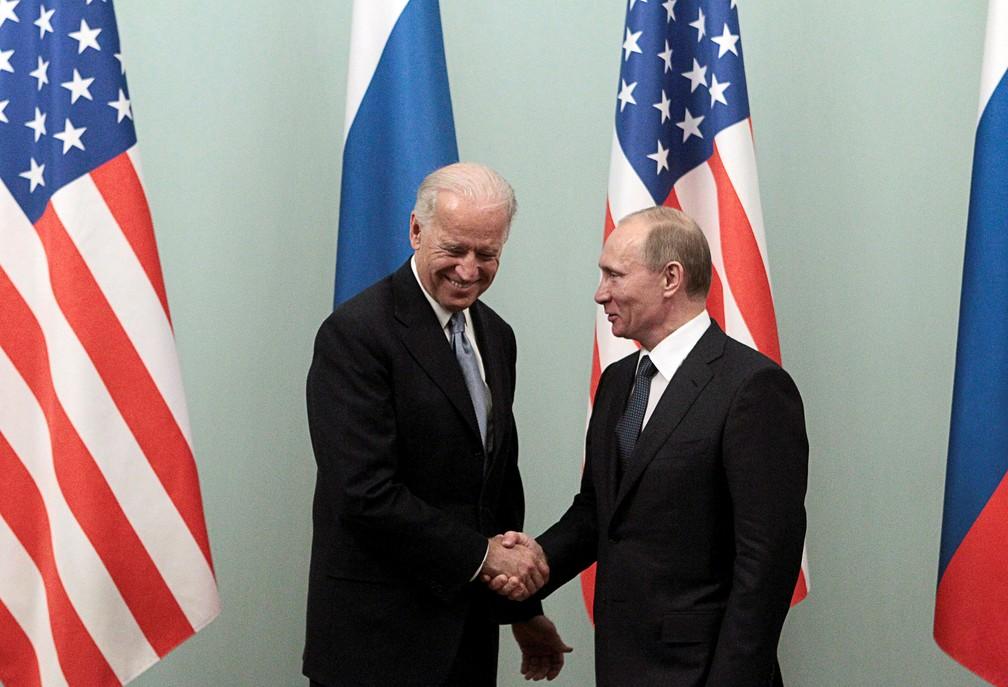 Foto de março de 2011 mostra o então vice-presidente dos EUA, Joe Biden, cumprimentando o então primeiro-ministro da Rússia, Vladimir Putin, em Moscou — Foto: Alexander Natruskin/Arquivo/Reuters