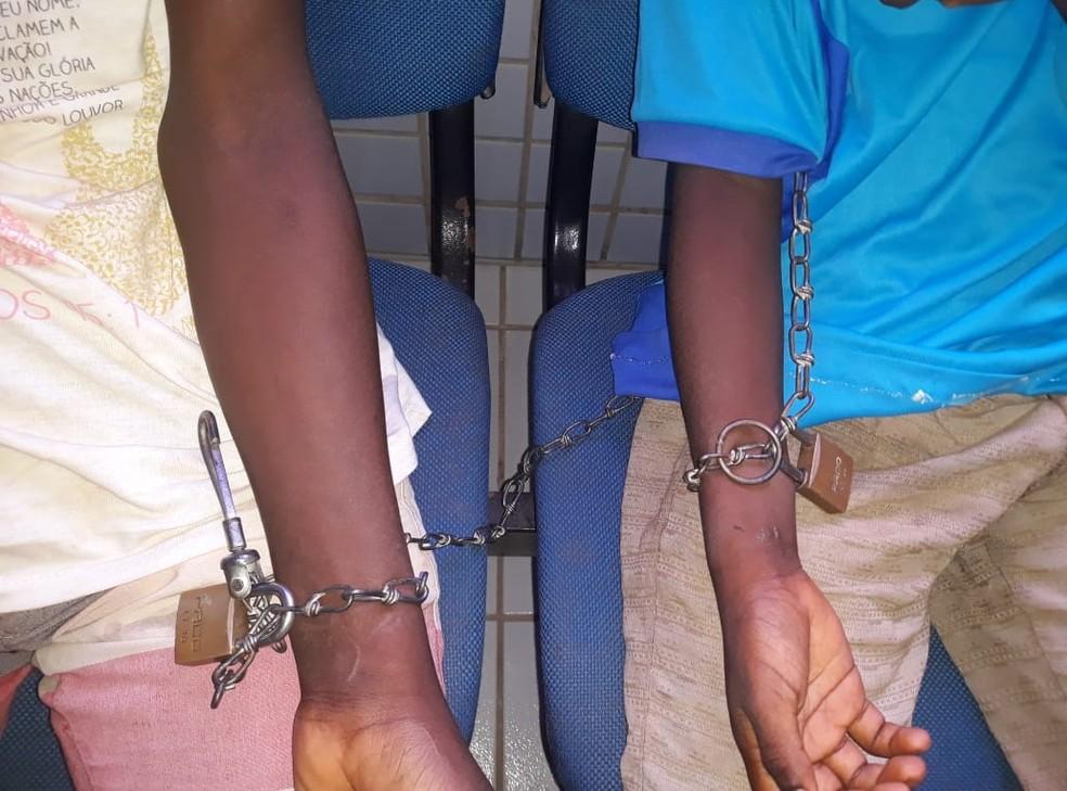 Meninos de 10 e 13 anos eram mantidos acorrentados e em cárcere privado em residência de São Luís, segundo a PM — Foto: Divulgação/Polícia Militar