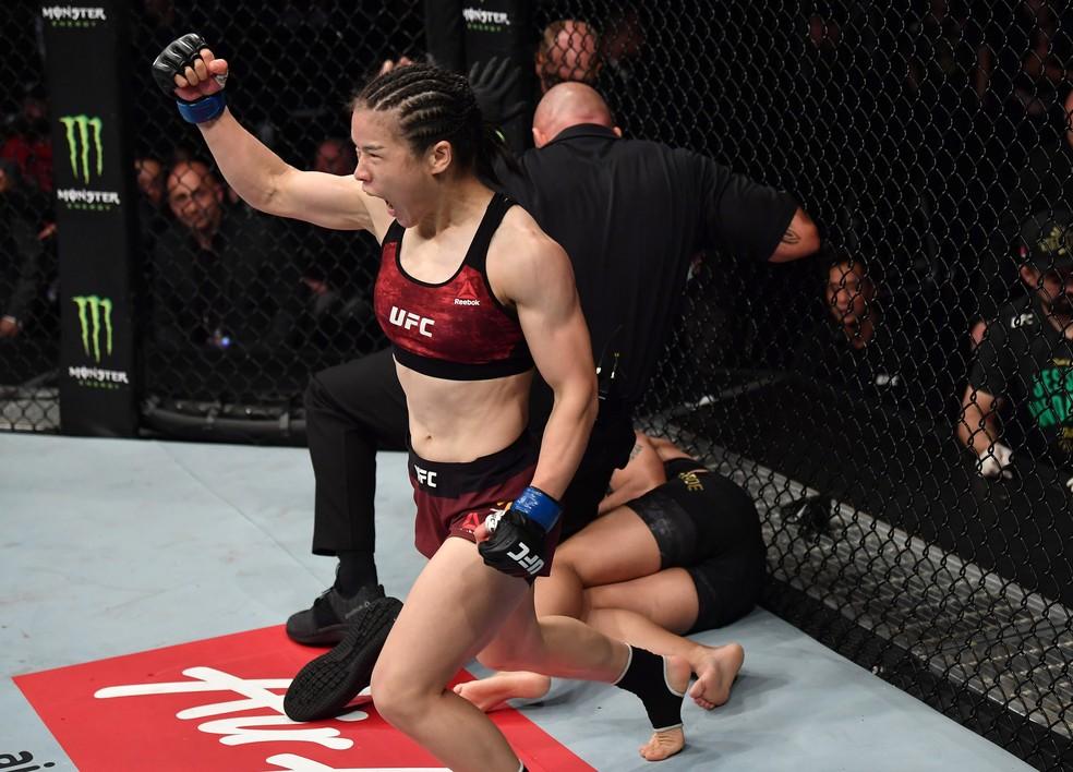 Weili Zhang precisou de apenas 42s para nocautear Jéssica Bate-Estaca na luta principal do UFC Shenzhen — Foto: Getty Images