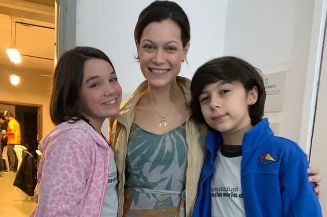 Hermila Guedes entre Giulia Benite e Eduardo Valenta (Foto: Divulgação)