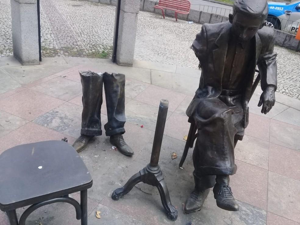 Estátua de Noel Rosa teve pedaços roubados em Vila Isabel, na Zona Norte do Rio — Foto: Reprodução/ Redes sociais