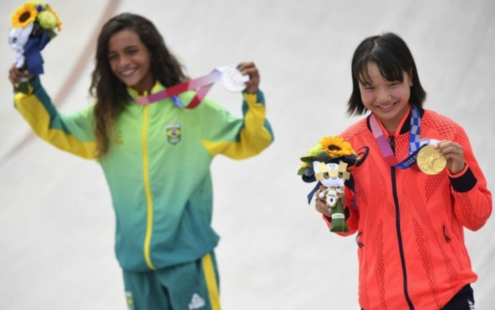 A japonesa Momiji Nishiya (ao lado de Rayssa Leal) se tornou a 2ª mais jovem medalhista de ouro da história dos Jogos Olímpicos — Foto: Reuters