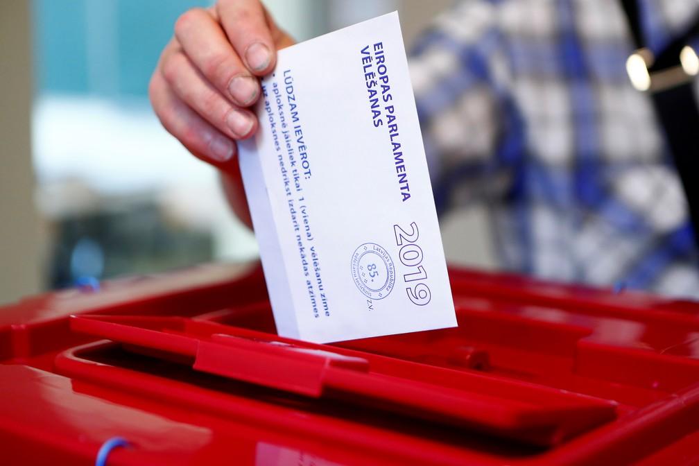 Eleitor vota na Letônia nas eleições para o Parlamento Europeu — Foto: Ints Kalnins/Reuters