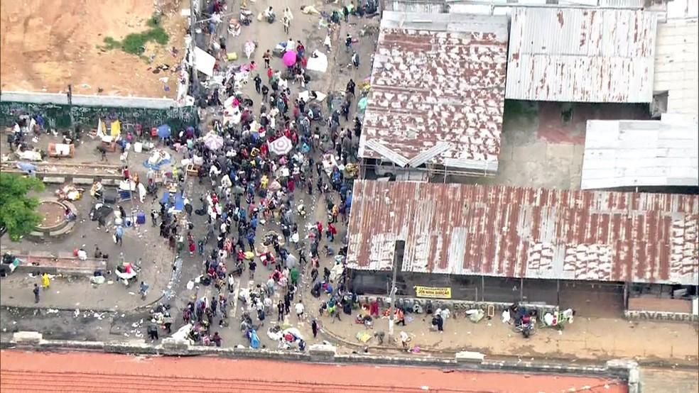 Usuários da Cracolândia são cercados por PMs, GCMs e policiais civis durante operação na região em 2018 — Foto: Reprodução TV Globo