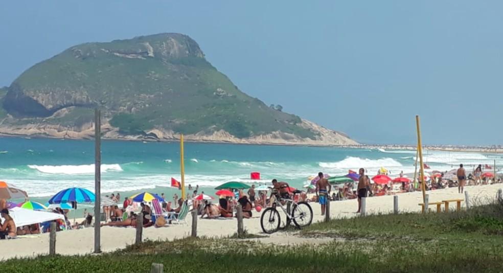 Praia do Recreio entre os postos 10 e 11 neste domingo — Foto: G1 Rio