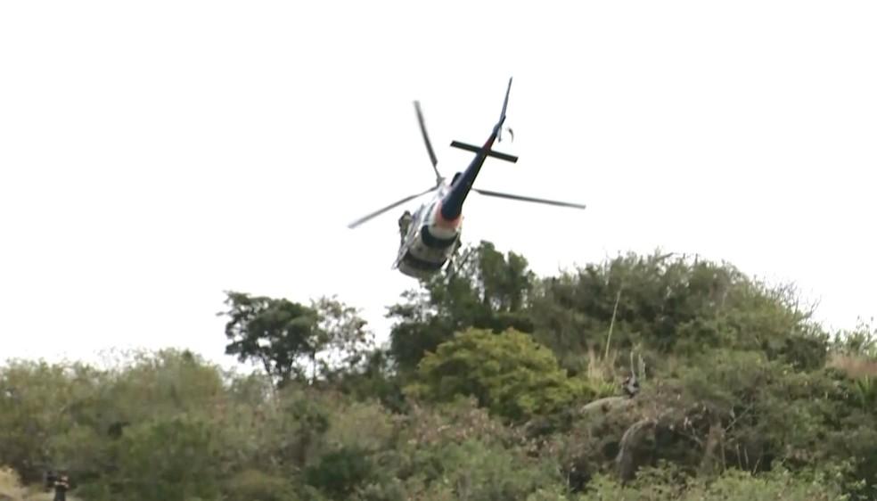 Helicóptero do Notaer sobrevoa área de mata em Vitória durante operação — Foto: Ronaldo Rodrigues/ V Gazeta