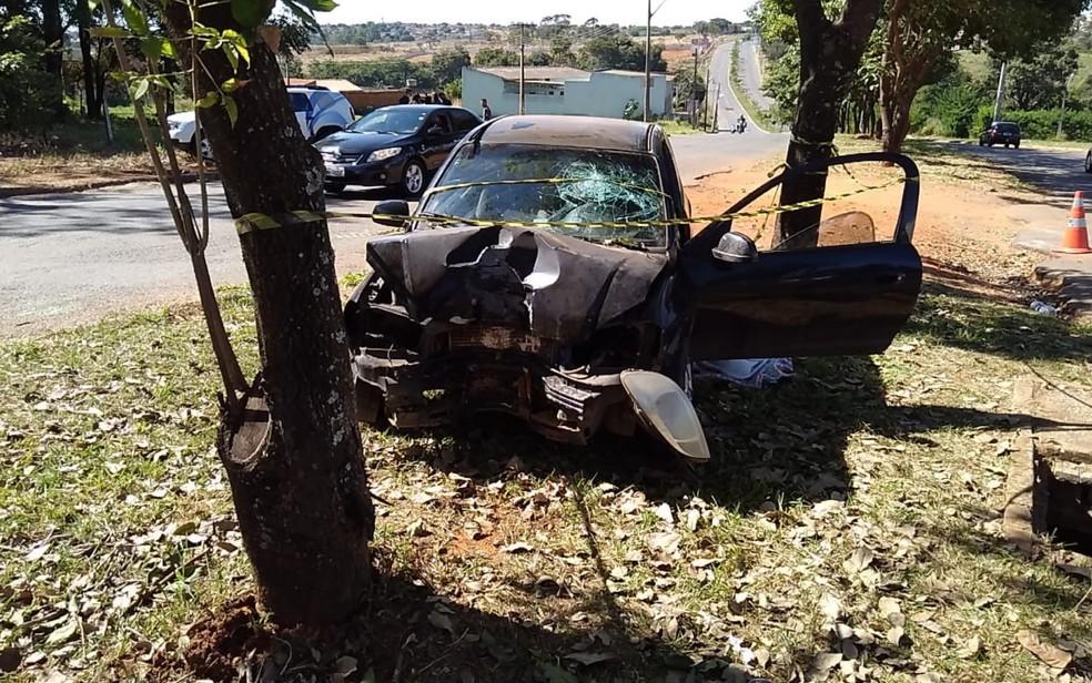 Frente do carro ficou destruída após a batida, em Goiânia — Foto: Divulgação/Polícia Civil