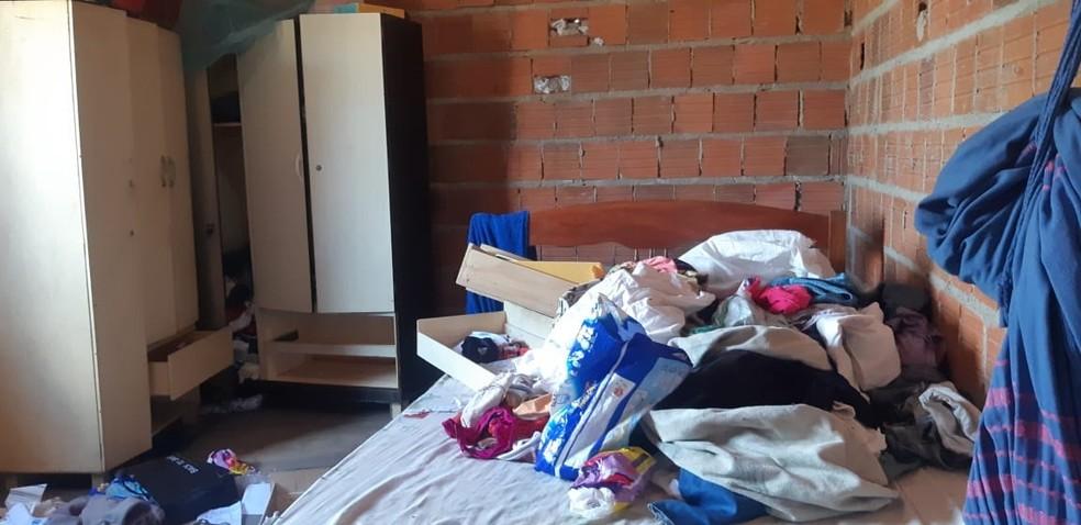 Casa foi revirada pelos criminosos durante chacina — Foto: Leabem Monteiro/SVM