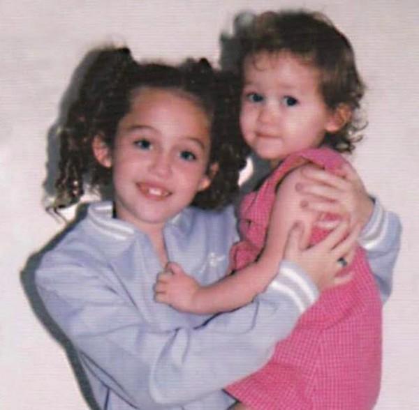 Miley Cyrus com a irmã Noah Cyrus em uma foto antiga (Foto: Instagram)