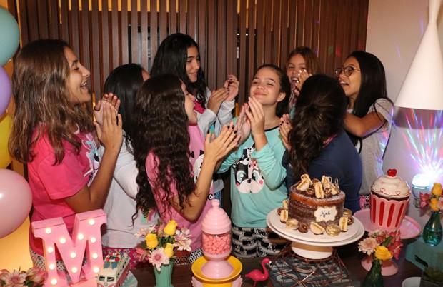 Mel Maia celebra 14 anos com amigas em festa do pijama (Foto: AgNews)