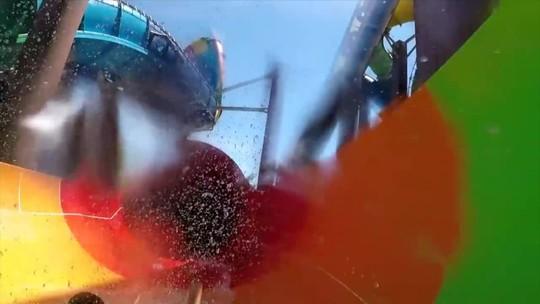 Queda vertical, onda de 11 m... VÍDEO mostra toboágua por dentro