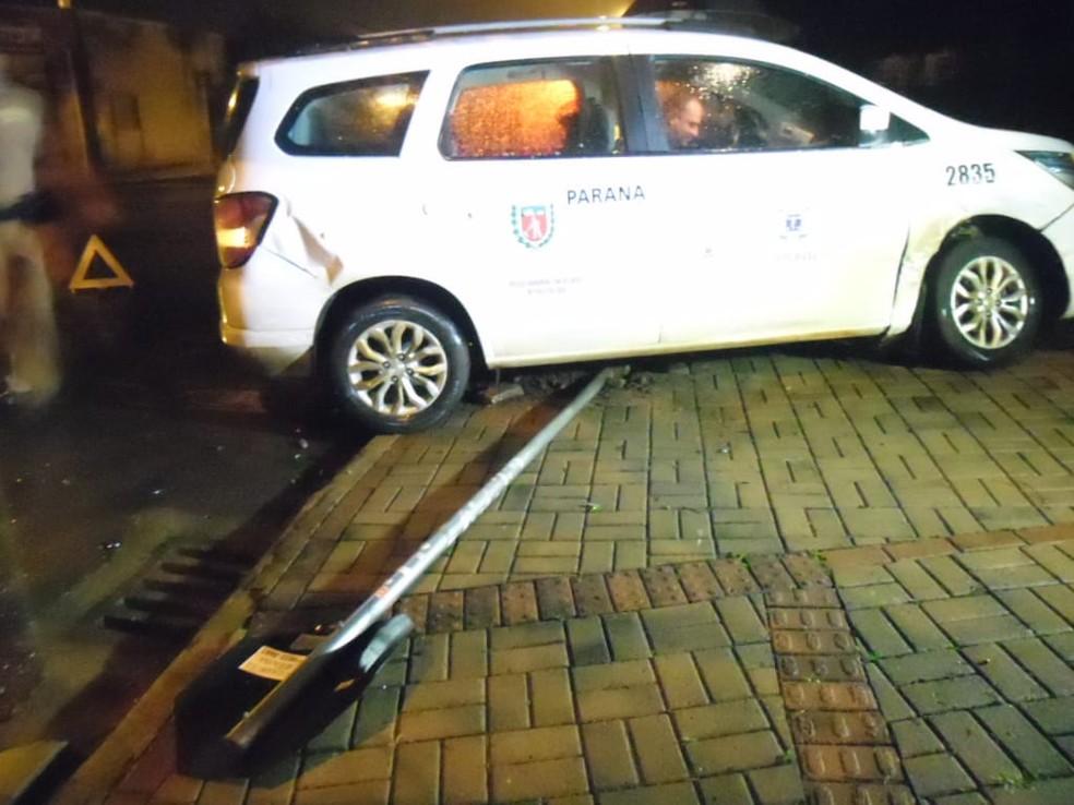 Com a batida, o carro da Prefeitura de Cascavel subiu na calçada e derrubou uma placa de sinalização — Foto: PM/Divulgação