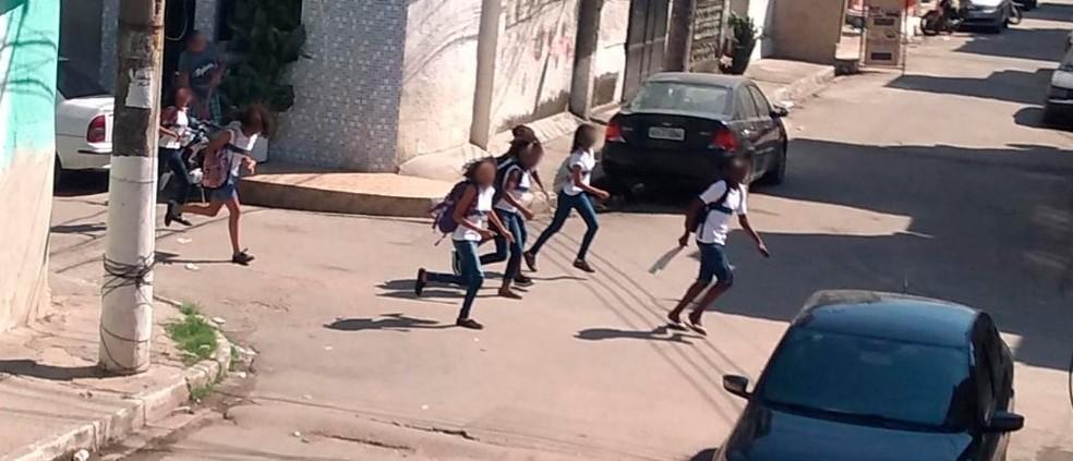 Crianças correm por ruas da Maré durante tiroteio e sobrevoo de helicóptero da polícia na comunidade — Foto: Reprodução / Maré Vive