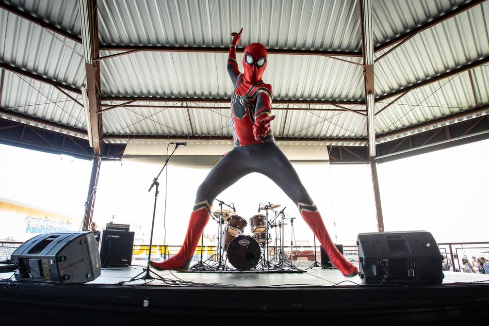 Homem-Aranha salta para foto durante a PerifaCon — Foto: Fábio Tito/G1