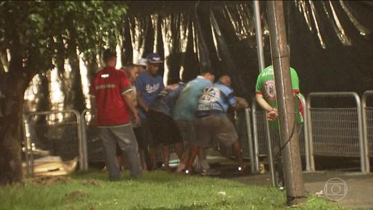 Integrantes da Águia de Ouro arrancam grades de ponte de SP para transportar carros alegóricos