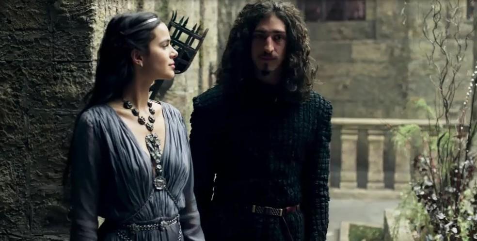 Catarina (Bruna Marquezine) e Rodolfo (Johnny Massaro) batem papo pelo castelo de Montemor e ela logo percebe que o jovem deseja impressioná-la (Foto: TV Globo)