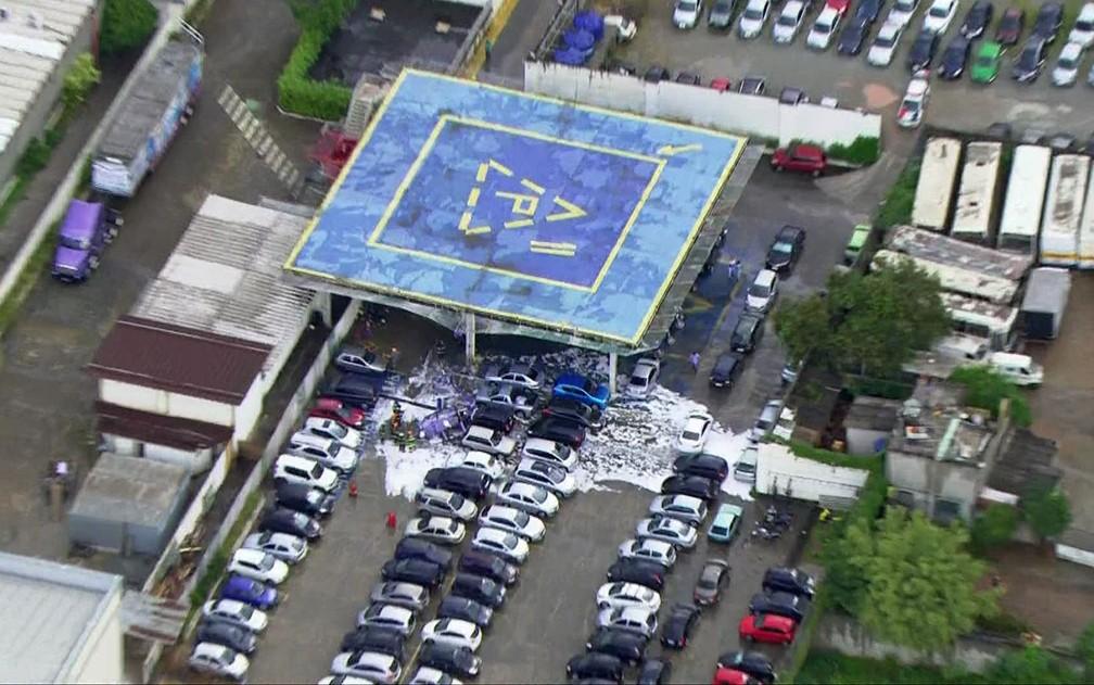 Helicóptero caiu em estacionamento ao lado de heliponto (Foto: Reprodução/TV Globo)