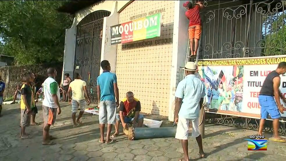 Comunidades quilombolas em manifestação na porta da Superintendência do Incra, em São Luís — Foto: Reprodução / TV Mirante