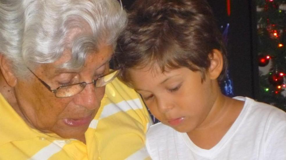 Rogério Carneiro e o neto nas tomadas de lições diárias  (Foto: Divulgação)