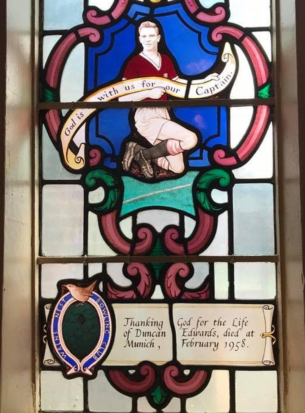 Igreja em Dudley tem vitral em homenagem a Duncan Edwards (Foto: Divulgação)