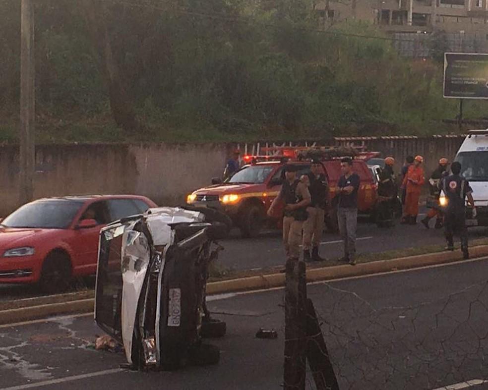 -  Acidente em Uberaba deixou dois feridos; um dos veículos envolvidos tombou  Foto: Corpo de Bombeiros/Divulgação