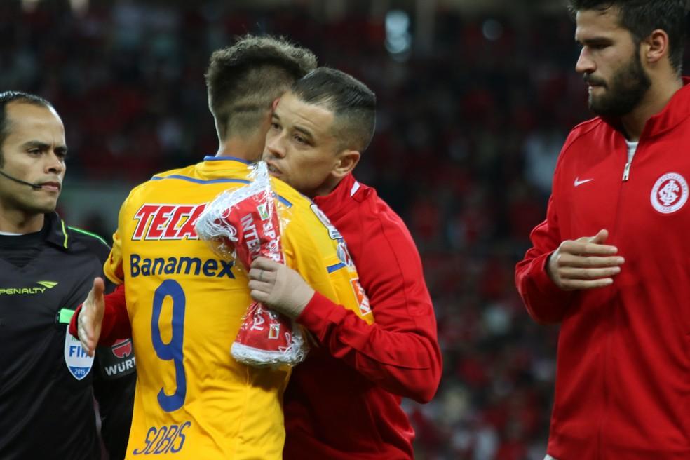 Sobis e D'Ale no último jogo do Inter no Beira-Rio na Libertadores — Foto: Diego Guichard/GloboEsporte.com