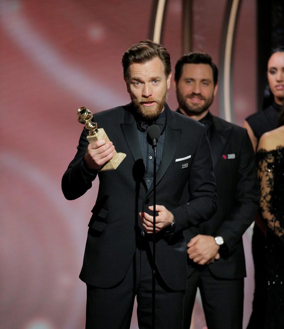 Ewan McGregor recebe o prêmio de melhor ator em série limitada ou filme para a TV, conquistado pelo trabalho em 'Fargo' (Foto:  Paul Drinkwater/NBC/Reuters)