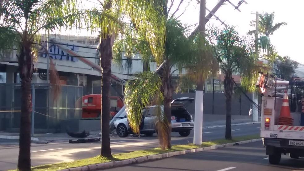 Motorista do carro que derrubou um poste na Avenida Tiradentes fugiu após acidente e abandonou o veículo — Foto: Arquivo pessoal