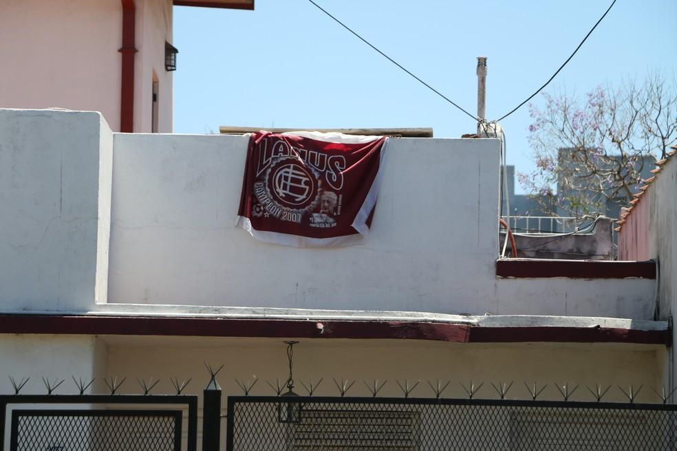 Bandeiras do Lanús decoram várias casas na cidade (Foto: Eduardo Moura/GloboEsporte.com)