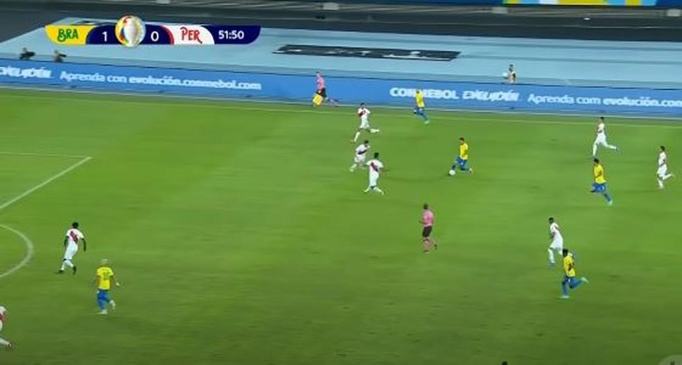 Ribeiro aberto e Jesus com a bola pelo meio. Na sequência, Danilo entraria ainda mais por dentro — Foto: Reprodução