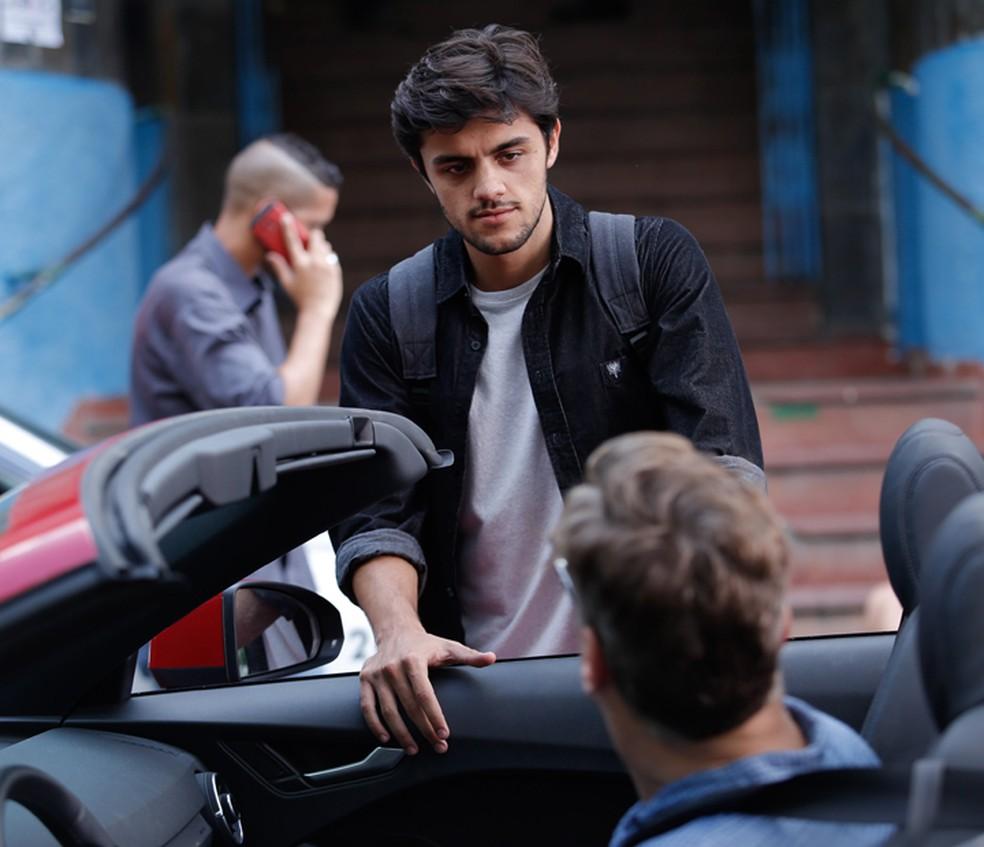 Jonatas (Felipe Simas) pede para Arthur (Fábio Assunção) cuidar bem de Eliza (Marina Ruy Barbosa) — Foto: Pedro Carrilho/Gshow