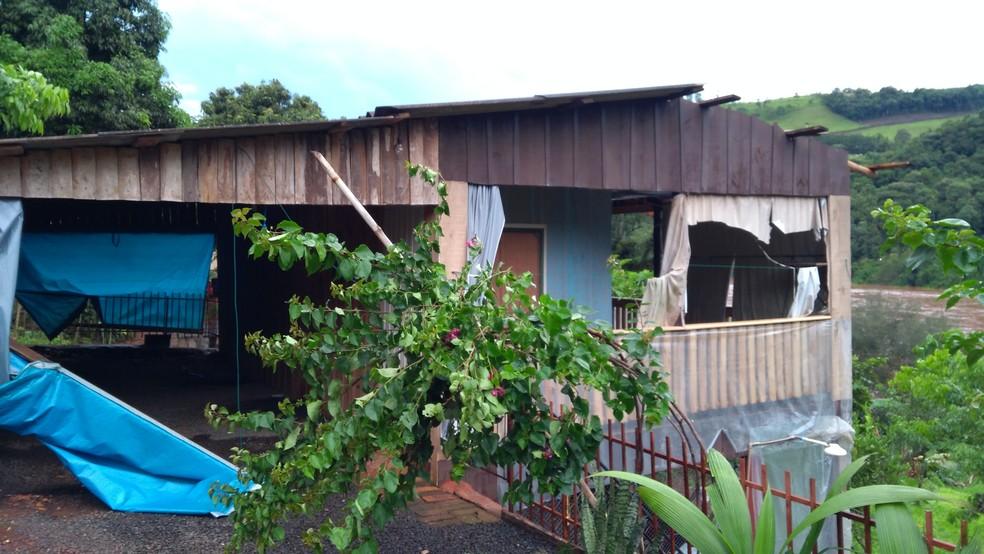 Outras casas da cidade também foram atingidas, mas sem gravidade, segundo bombeiros (Foto: Bombeiros/Divulgação )
