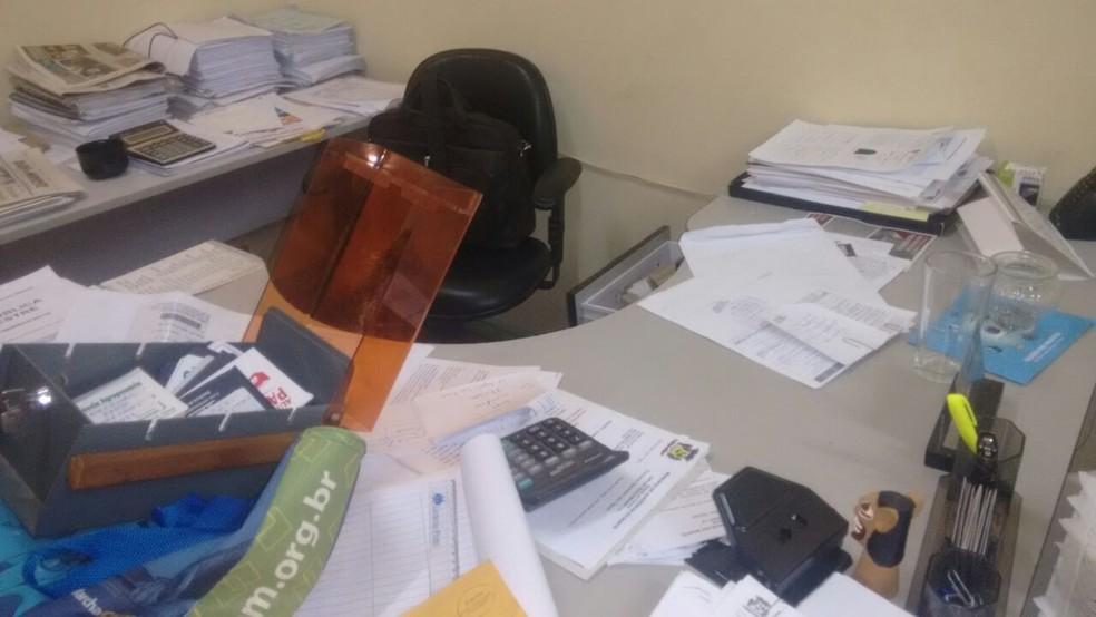 Salas da Prefeitura de Querência do Norte foram reviradas na madrugada desta quarta-feira (9) (Foto: Claudiney Néry/Defesa Civil de Querência do Norte)