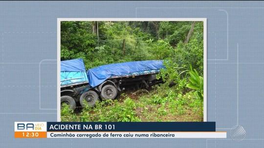 Caminhão cai em ribanceira após tombar e dois ficam feridos na BR-101, sul da Bahia