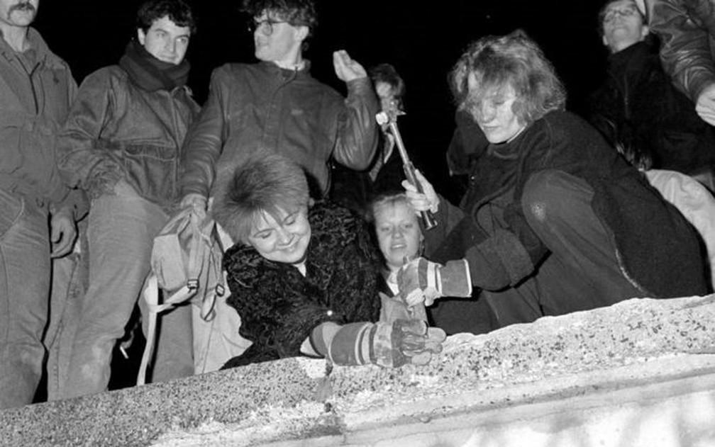 O Muro de Berlim foi derrubado em 9 de novembro de 1989 — Foto: Reuters/BBC