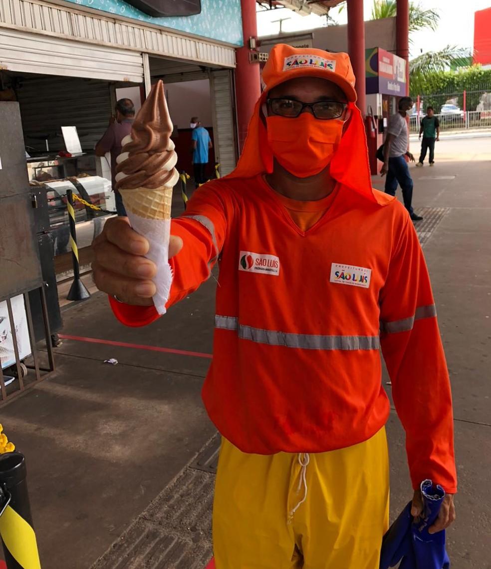 Dono de lanchonete distribui sorvete para profissionais da limpeza em São Luís — Foto: Arquivo Pessoal