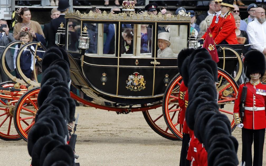 Rainha Elizabeth II em carruagem neste sábado (8), durante o 'Tropping the Colour'. — Foto: Tolga Akmen/AFP