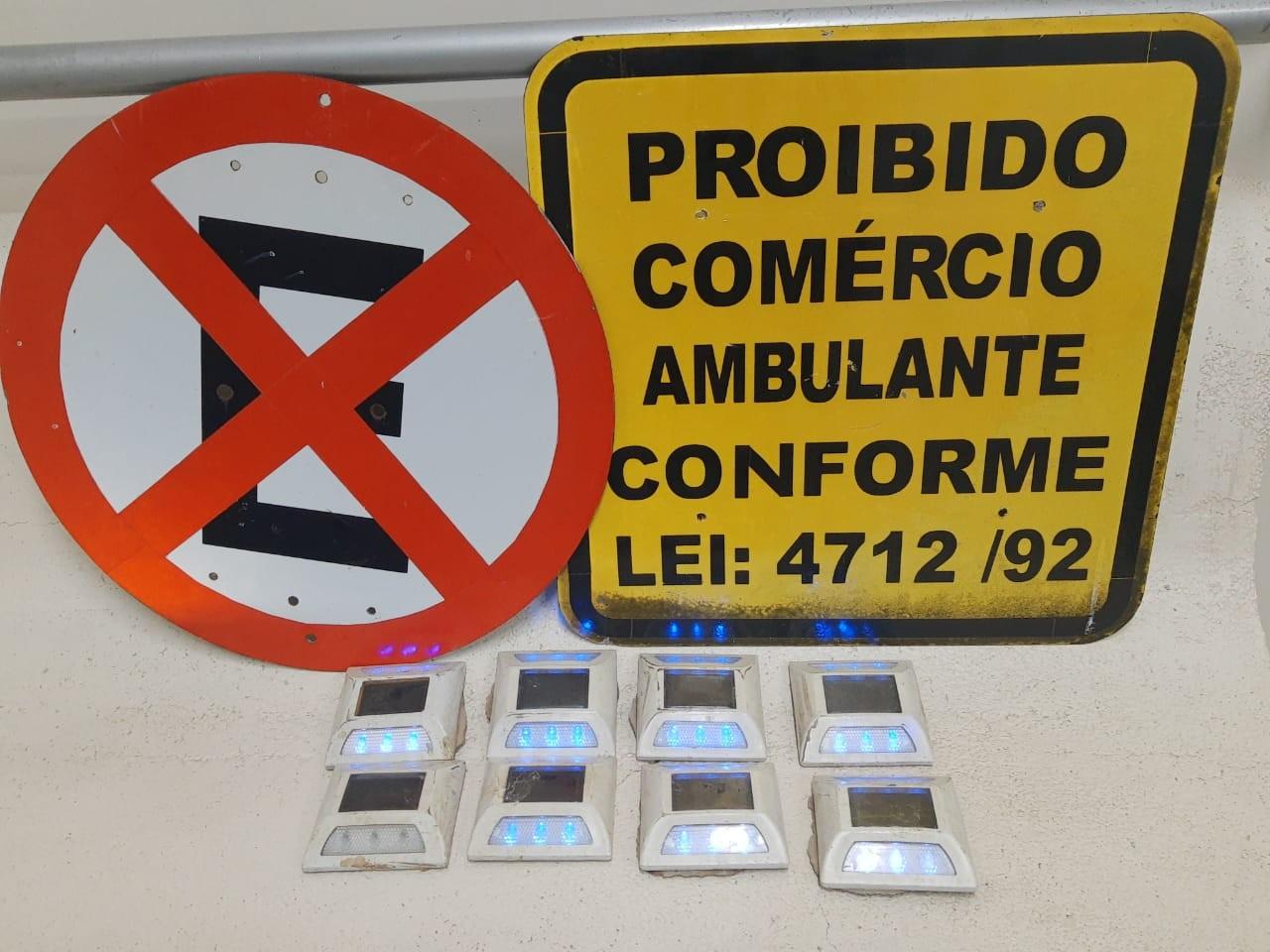Pessoa é flagrada com placas e sinalizadores de LED arrancados de pista de caminhada, em Ponta Grossa